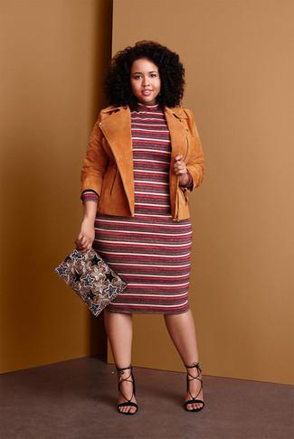 Cómo combinar: chaqueta motera de ante marrón claro, vestido jersey de rayas horizontales burdeos, sandalias de tacón de ante negras, cartera sobre con cuentas dorada