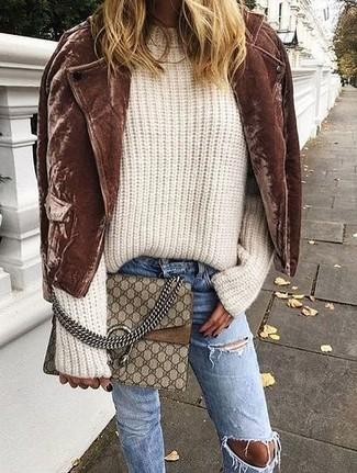 Cómo combinar: chaqueta motera de ante marrón, jersey oversized de punto en beige, vaqueros desgastados azules, bolso bandolera de cuero estampado marrón