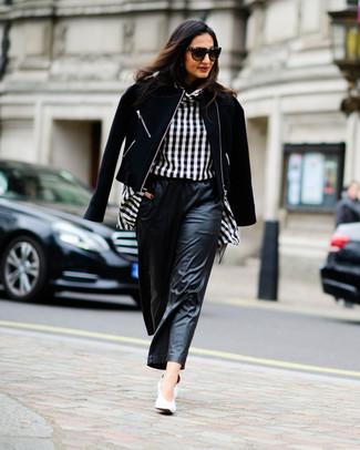 Cómo combinar unos pantalones anchos de cuero negros: Utiliza una chaqueta motera de lana negra y unos pantalones anchos de cuero negros para crear una apariencia elegante y glamurosa. Zapatos de tacón de cuero blancos son una opción incomparable para complementar tu atuendo.