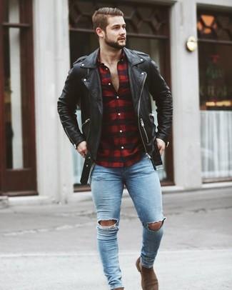 Cómo combinar: chaqueta motera de cuero negra, camisa de manga larga de cuadro vichy en rojo y negro, vaqueros pitillo desgastados celestes, botines chelsea de ante marrónes