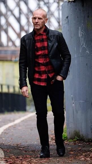 Cómo combinar: chaqueta motera de cuero negra, camisa de manga larga a cuadros en rojo y negro, vaqueros pitillo negros, tenis de cuero negros