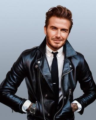 Look de David Beckham: Chaqueta Motera de Cuero Negra, Camisa de Vestir Blanca, Corbata de Punto Negra, Reloj de Cuero Negro