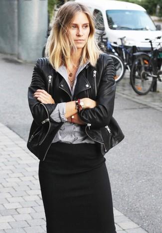 Look de moda: Chaqueta Motera de Cuero Negra, Camisa de Vestir de Rayas Verticales Gris, Falda Midi Negra, Pulsera Roja