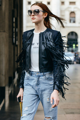 Cómo combinar: chaqueta motera de cuero сon flecos negra, camiseta con cuello circular estampada en blanco y negro, vaqueros boyfriend desgastados celestes, gafas de sol negras