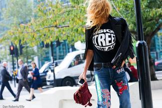Cómo combinar: chaqueta motera de cuero сon flecos negra, camiseta con cuello circular estampada en negro y blanco, vaqueros bordados azules, cartera sobre de ante burdeos