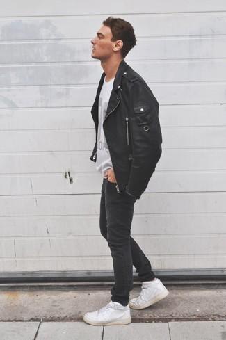 Cómo combinar una chaqueta motera de cuero negra: Intenta combinar una chaqueta motera de cuero negra junto a unos vaqueros pitillo negros para un look agradable de fin de semana. Zapatillas altas de cuero blancas son una opción atractiva para completar este atuendo.