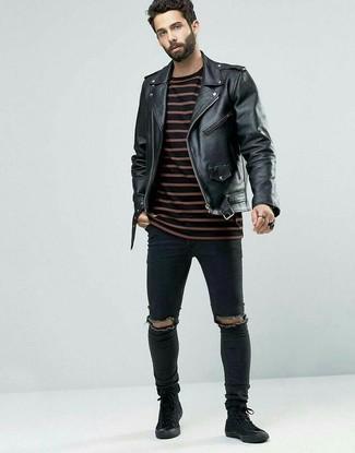 Cómo combinar: chaqueta motera de cuero negra, camiseta con cuello circular de rayas horizontales negra, vaqueros pitillo desgastados negros, zapatillas altas de ante negras