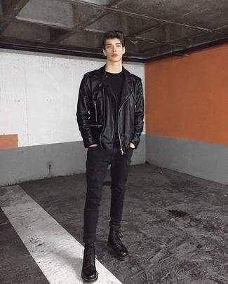 Cómo combinar una chaqueta motera de cuero negra para hombres adolescentes: Equípate una chaqueta motera de cuero negra con unos vaqueros pitillo negros transmitirán una vibra libre y relajada. ¿Te sientes ingenioso? Dale el toque final a tu atuendo con botas casual de cuero negras.