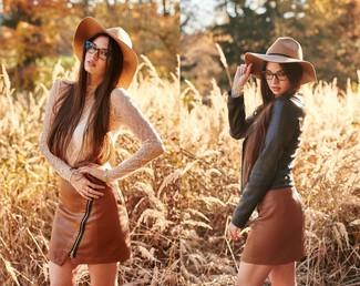 Cómo combinar: chaqueta motera de cuero negra, camiseta de manga larga de encaje blanca, minifalda de cuero marrón, sombrero de lana marrón claro