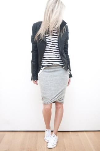 La versatilidad de una chaqueta motera de cuero negra y una falda lápiz gris los hace prendas en las que vale la pena invertir. Para el calzado ve por el camino informal con tenis blancos.
