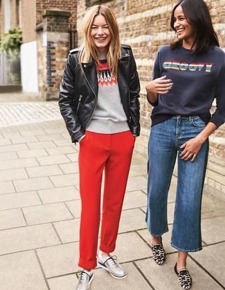 Mantén tu atuendo relajado con una chaqueta motera de cuero negra y un pantalón chino rojo. Zapatos oxford de cuero plateados de mujeres de Stella McCartney son una forma sencilla de mejorar tu look.