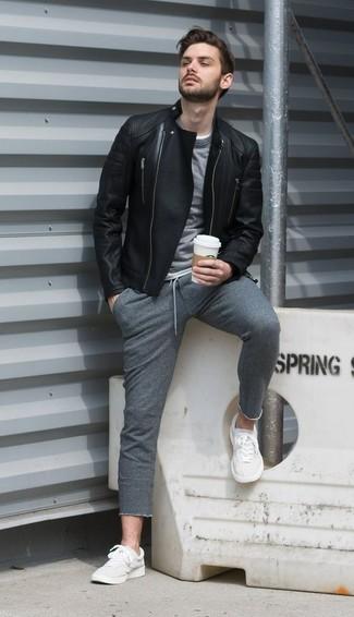 Cómo combinar: chaqueta motera de cuero negra, jersey con cuello circular gris, pantalón de chándal gris, tenis blancos