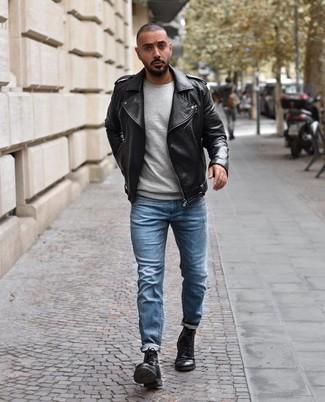 Cómo combinar: chaqueta motera de cuero negra, jersey con cuello circular gris, vaqueros celestes, botas casual de cuero negras