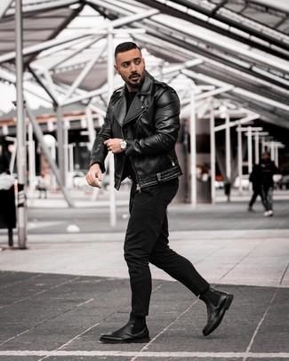 Cómo combinar: chaqueta motera de cuero negra, jersey con cuello circular negro, vaqueros negros, botines chelsea de cuero negros