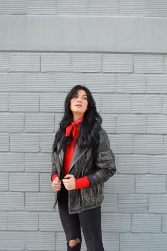 Cómo combinar: chaqueta motera de cuero negra, jersey con cuello circular rojo, vaqueros pitillo desgastados negros, bandana roja