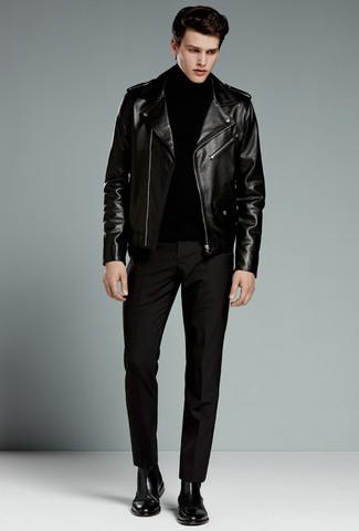 Cómo combinar: chaqueta motera de cuero negra, jersey de cuello alto negro, pantalón de vestir negro, botines chelsea de cuero negros
