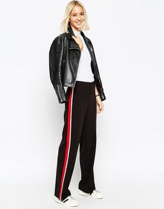 Cómo combinar: chaqueta motera de cuero negra, jersey de manga corta blanco, pantalones anchos en rojo y negro, tenis en blanco y negro
