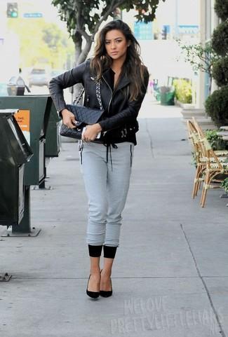 Chaqueta motera negra pantalon de chandal gris zapatos de tacon negros large 5547