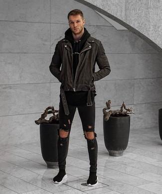 Una sudadera con capucha negra de hombres de Bench y unos vaqueros pitillo desgastados negros son una gran fórmula de vestimenta para tener en tu clóset. Con el calzado, sé más clásico y usa un par de zapatillas altas negras.