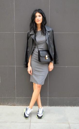 Opta por una chaqueta motera de cuero negra y un vestido ajustado gris para conseguir una apariencia relajada pero chic. Para darle un toque relax a tu outfit utiliza deportivas grises.