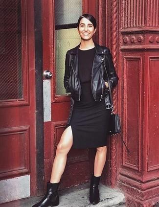 Cómo combinar: chaqueta motera de cuero negra, vestido ajustado negro, botines chelsea de cuero negros, bolso bandolera de cuero negro