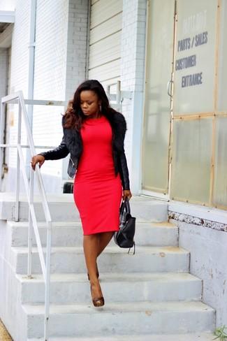Cómo combinar: chaqueta motera de cuero negra, vestido ajustado rojo, zapatos de tacón de cuero con tachuelas negros, bolsa tote de cuero negra
