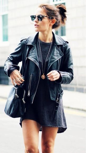 Cómo combinar: chaqueta motera de cuero negra, vestido jersey en gris oscuro, bolso bandolera de cuero negro, colgante dorado