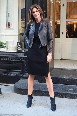 Cómo combinar: chaqueta motera de cuero negra, vestido jersey negro, botines de terciopelo negros, cinturón de cuero negro