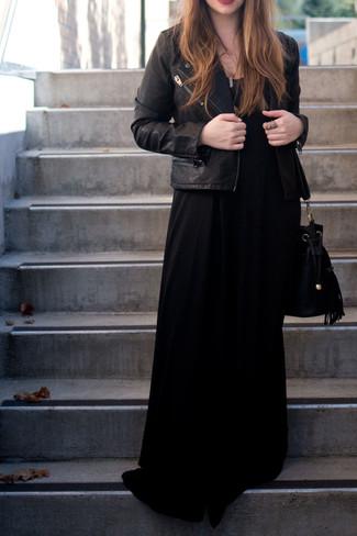 Look de moda: Chaqueta motera de cuero negra, Vestido largo negro, Mochila con cordón de ante negra, Colgante dorado