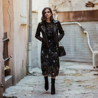 Cómo combinar: chaqueta motera de cuero negra, vestido midi de estrellas negro, botines de elástico negros, bolsa tote de cuero negra