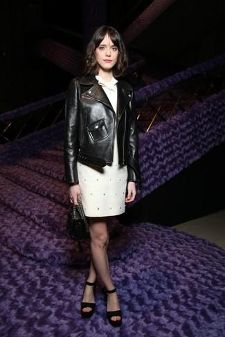 Cómo combinar: chaqueta motera de cuero negra, vestido recto con adornos blanco, sandalias de tacón de ante negras, cartera de cuero negra