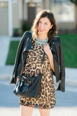 Cómo combinar: chaqueta motera de cuero negra, vestido recto de leopardo marrón claro, bolso bandolera de cuero negro, collar transparente