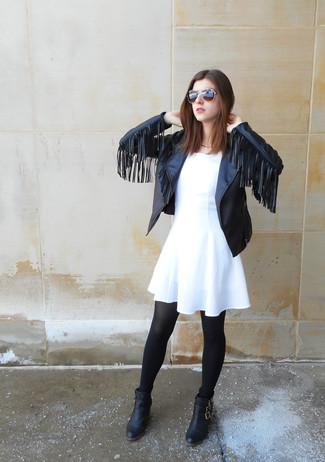 Cómo combinar: chaqueta motera de cuero сon flecos negra, vestido skater blanco, botines de cuero negros, medias negras