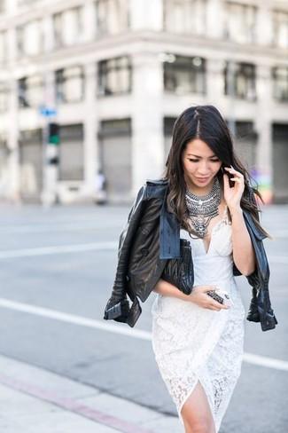 Cómo combinar un collar plateado para mujeres de 30 años: Para un atuendo tan cómodo como tu sillón considera ponerse una chaqueta motera de cuero negra y un collar plateado.