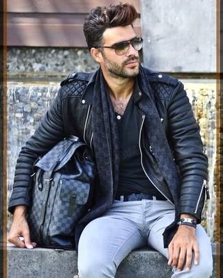 Cómo combinar una mochila de cuero en gris oscuro: Para un atuendo tan cómodo como tu sillón ponte una chaqueta motera de cuero acolchada negra y una mochila de cuero en gris oscuro.