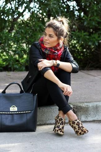 Cómo combinar: chaqueta motera de cuero con tachuelas negra, pantalones pitillo negros, botines de ante de leopardo marrón claro, bolsa tote de cuero con tachuelas negra
