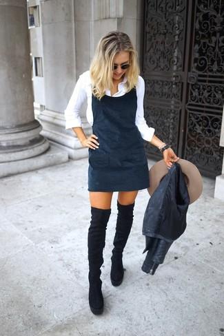 Cómo combinar un sombrero de lana en beige: Considera emparejar una chaqueta motera de cuero negra con un sombrero de lana en beige transmitirán una vibra libre y relajada. Con el calzado, sé más clásico y complementa tu atuendo con botas sobre la rodilla de ante negras.