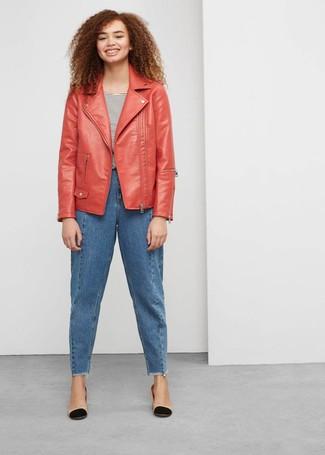 Cómo combinar: chaqueta motera de cuero roja, camiseta con cuello circular de rayas horizontales en blanco y negro, vaqueros boyfriend azules, zapatos de tacón de cuero en negro y marrón claro