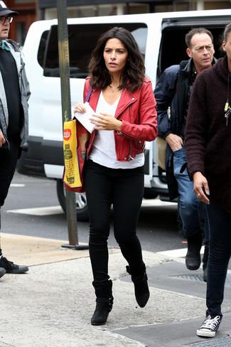 Cómo combinar: chaqueta motera de cuero roja, camiseta con cuello en v blanca, vaqueros pitillo negros, botines de ante negros