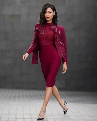 Cómo combinar: chaqueta motera de ante roja, jersey de cuello alto rojo, falda lápiz roja, zapatos de tacón de cuero con tachuelas negros