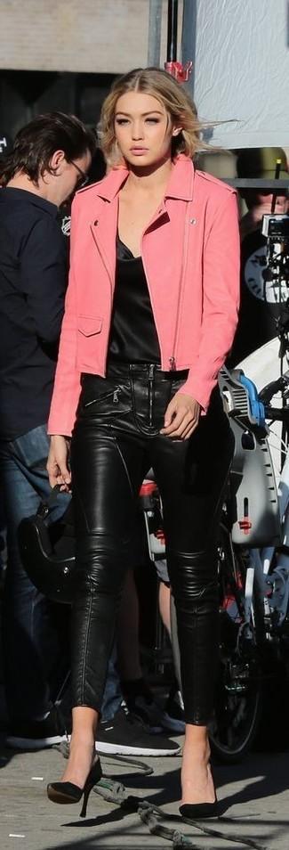 Cómo combinar: chaqueta motera de cuero rosa, camiseta sin manga de seda negra, pantalones pitillo de cuero negros, zapatos de tacón de ante negros