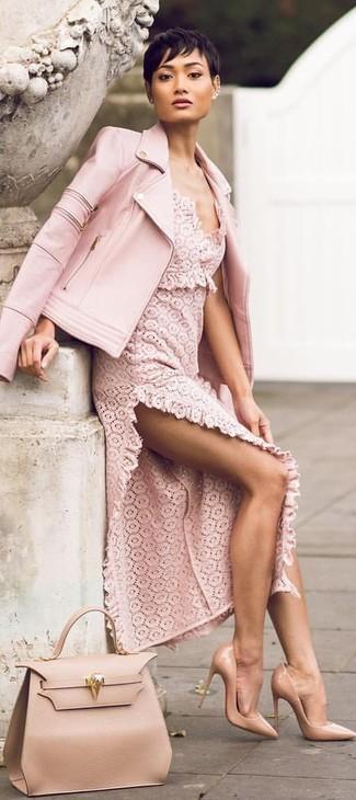 Cómo combinar: chaqueta motera de cuero rosada, vestido largo de encaje rosado, zapatos de tacón de cuero marrón claro, bolsa tote de cuero marrón claro
