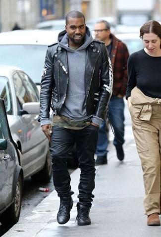 Look de Kanye West: Chaqueta Motera de Cuero Negra, Sudadera con Capucha Gris, Camiseta con Cuello Circular de Camuflaje Verde Oliva, Vaqueros Negros