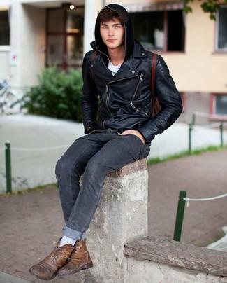 Cómo combinar una mochila de cuero burdeos: Una chaqueta motera de cuero negra y una mochila de cuero burdeos son una opción práctica para el fin de semana. Con el calzado, sé más clásico y opta por un par de botas casual de cuero marrónes.
