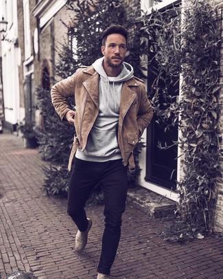 Cómo combinar: chaqueta motera de ante marrón claro, sudadera con capucha gris, camiseta con cuello circular blanca, vaqueros pitillo negros