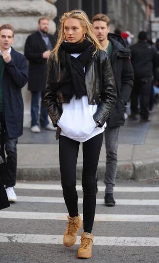 Cómo combinar: chaqueta motera de cuero negra, sudadera con capucha blanca, leggings negros, zapatillas altas de cuero marrón claro