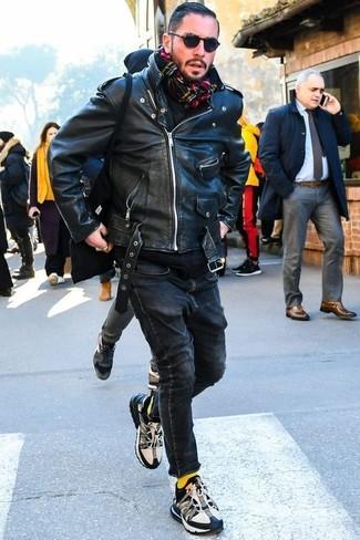 Cómo combinar: chaqueta motera de cuero negra, sudadera con capucha negra, vaqueros pitillo negros, deportivas en negro y blanco
