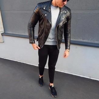 Cómo combinar: chaqueta motera de cuero negra, sudadera gris, pantalón chino negro, tenis de cuero negros