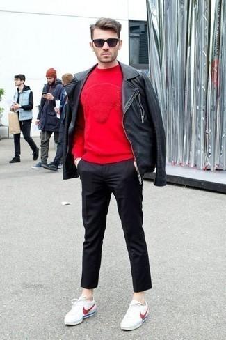 Cómo combinar unas gafas de sol morado oscuro: Haz de una chaqueta motera de cuero negra y unas gafas de sol morado oscuro tu atuendo para un look agradable de fin de semana. Con el calzado, sé más clásico y elige un par de tenis de lona en blanco y rojo.