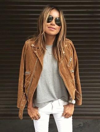 Cómo combinar: chaqueta motera de ante marrón, sudadera gris, vaqueros pitillo blancos, gafas de sol negras